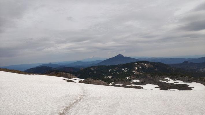 Hinter der Nordseite des Mt Jefferson ging es steil hinab