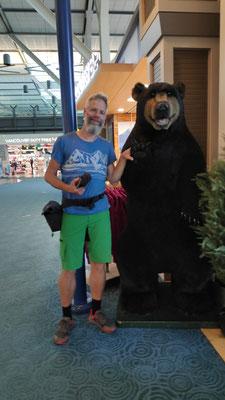 Am Flughafen von Vancouver: Olli hat noch immer keinen Bären gesehen und trotzdem schon einen getroffen