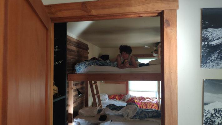 Im super gemütlichen Schlafsaal mit 8 Stockbetten