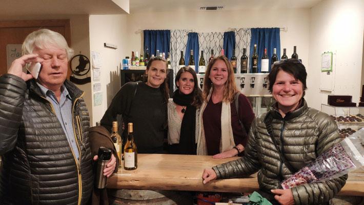 In der Idle Hour Wine Bar mit Pianist Kris, der für uns ein Uber organisiert, sowie April, Melissa und Laura (v.l.)