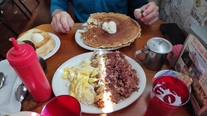 Hinten: Zwei Blueberry-Pancakes übereinander, Toasts, je mit Butterkugel (kein Eis). Vorne: Eggs, Hash Browns, Corned Beef. Und das nur für Olli!