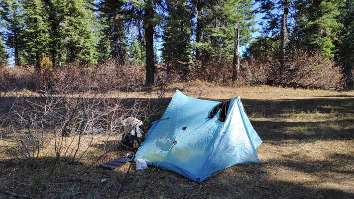 Starker Wind am Abend ließ mich diesen freien Platz fürs Zelt auswählen ...