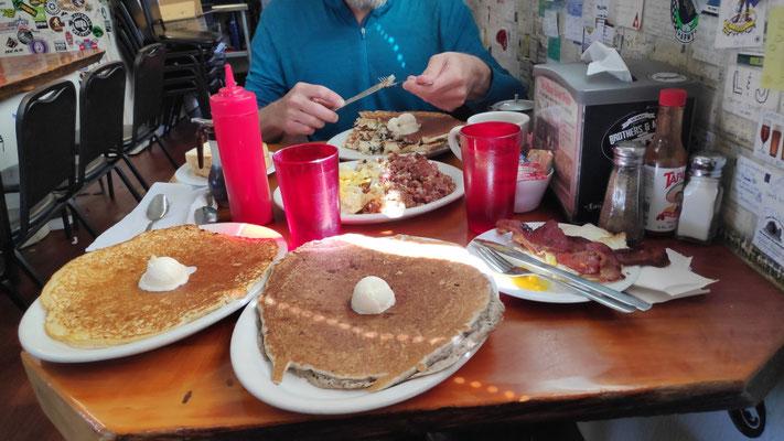 Sabines Frühstück: v.l.n.r. Buttermilk-Pancake mit Butterkugel, Sissy Boy: Buckwheat-Pancake mit Butterkugel, 2 Eggs, 2 Strips of Bacon. Außerdem: Grapefruit Saft, super Kaffee, Wasser