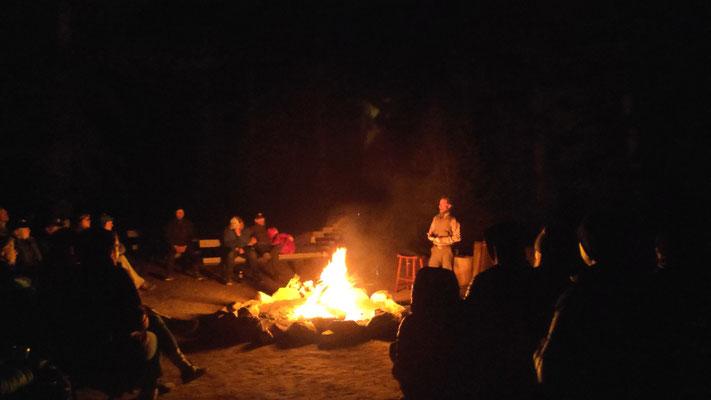 Tuolumne im Dana Campfire Circle. Programm: Mystery of the Woods, stories and poems, die Ranger Brian vorträgt  Gedichte von ihm, Walt Whitman, Leuten aus der Gegend.