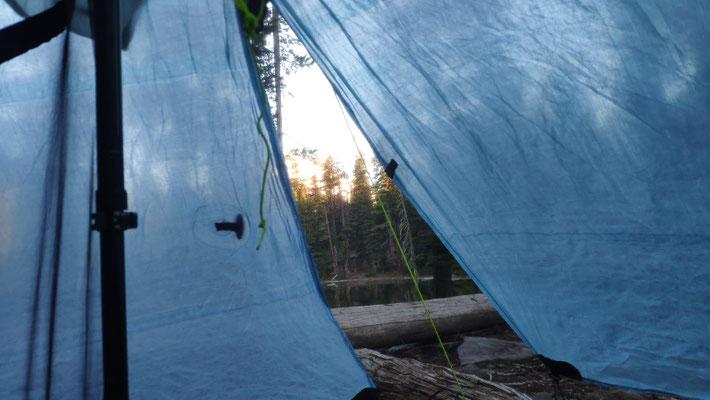 Zeltplatz an einem kleinen Bergsee, ca. 1 km abseits des Trails