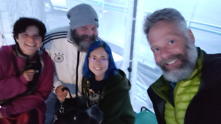 Mit Chris, Sarah und Dogge Ben (Chris kommt aus Deutschland, er arbeitet mit Freundin im Shelter Cove Resort)