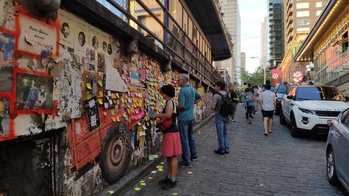 Ein weiteres Kunstprojekt: Sprüchewand mit tausenden Zetteln, neben den Kaugummiewänden
