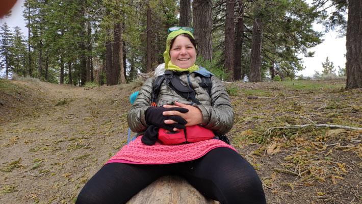Kurze Pause auf Baumstamm (als Rucksackhalter,) am Guffy Campground