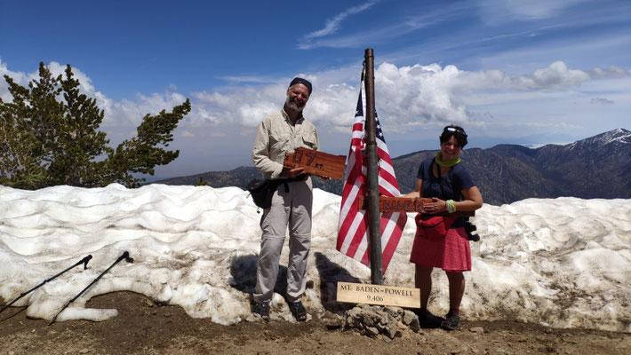 """Auf dem Gipfel, 2.860 m. Mount Baden-Powell, """"Baden"""" - fast daheim, sh. Schild in Sabines Hand (Sabine stammt ja aus Freiburg/Baden)"""