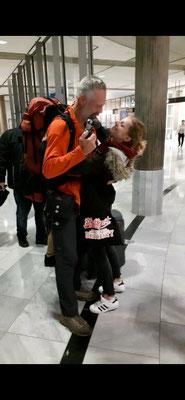 Wiedersehen mit Tochter Zarah nach 7 Monaten am Stuttgarter Flughafen