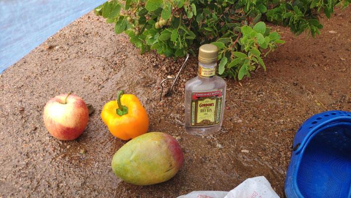 Der Regen wäscht ab. Die Gin-Flasche war wohl ein Ladenhüter, so staubig die war.