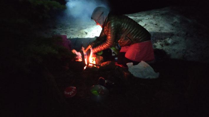 Haben einen schneefreien Zeltplatz umringt von Schneemassen gefunden. Aufwärmen mit unserem ersten Lagerfeuer!