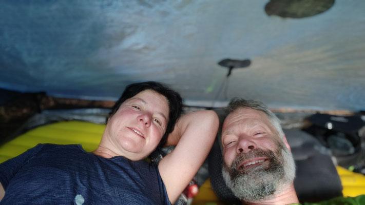 Total erschöpft im Zelt