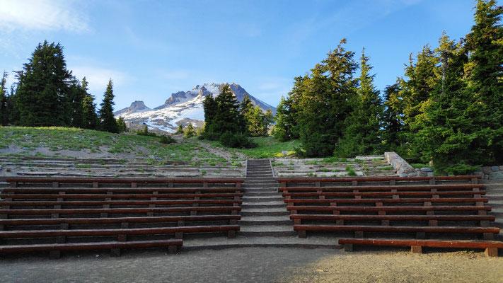 Amphitheater hinter dem Haus mit Blick auf den Mt Hood