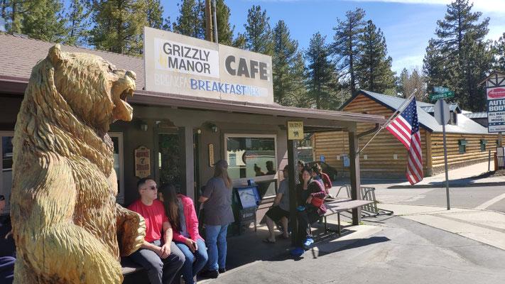 Frühstück im Grizzly Manor Cafe, Warten auf Platz, über eine App kann man seine Position in der Warteschlange verfolgen