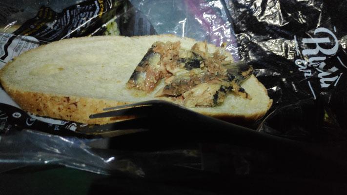 Leckere Sardinen auf Sourdough-Brot