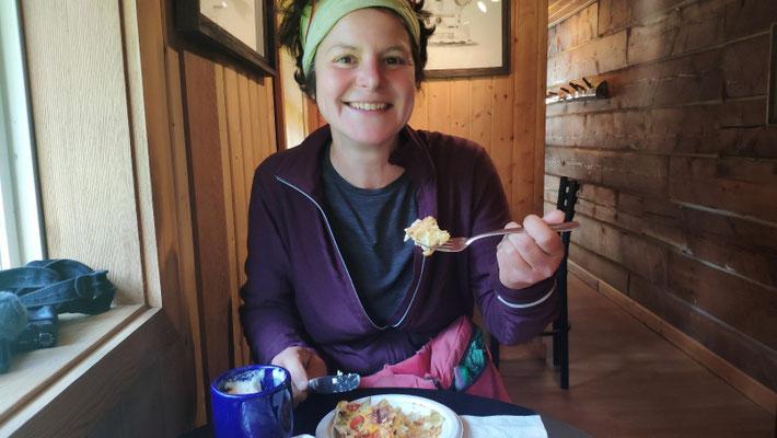 Nach einer Woche auf dem Trail wieder mal was zum Schlemmen, hier Peach Pie und Cappuccino