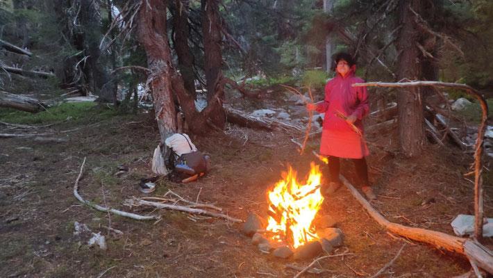 Lagerfeuer am Fluss um die Moskitos zu vertreiben