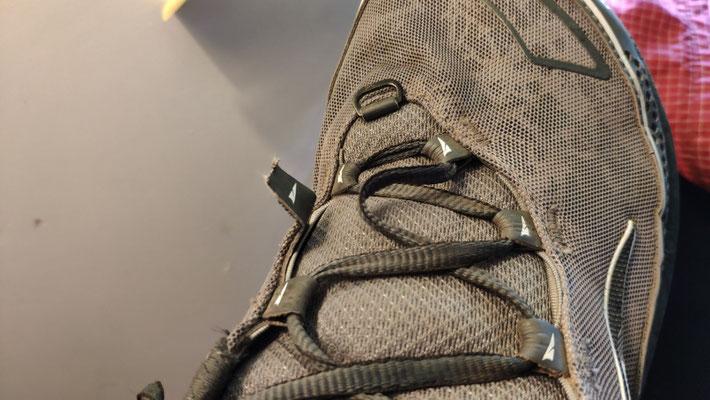 Ollis neuen Schuhe sind schon wieder kaputt! Wird reklamiert.