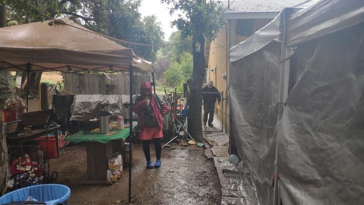 Angekommen: Casa de Luna im Regen, Sabine mit Kaffee