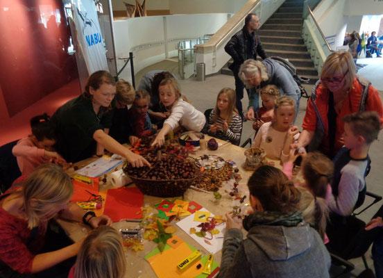 Die Bastelangebote des NABU beim LWL-Familienfest sorgten für mächtigen Andrang (Foto: Thomas Hövelmann)