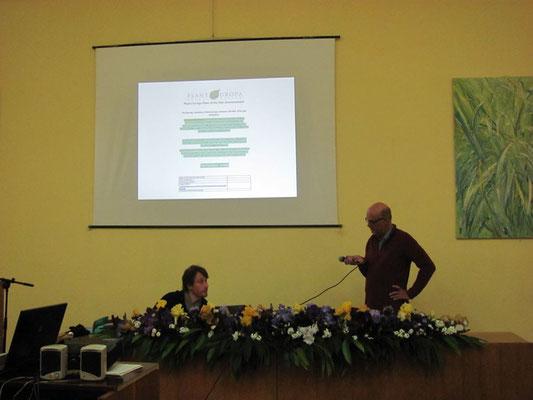 Dr. Thomas Hövelmann (rechts) auf dem Podium mit dem Vorsitzenden von Planta Europa, Dr. Philippe Bardin aus Frankreich (Foto: Anastasia Holubenko)