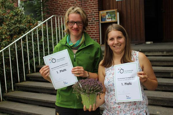 Die Landschaftsökologie-Studentinnen Sophia Närmann (links) und Marietta Puhl mit ihren verdienten Siegerurkunden (Foto: Thomas Hövelmann)