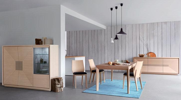 Vue d'ensemble de la collection comprenant: Chaises , table extensible, enfilade et meuble de rangement. Pierre Dubourg 2015