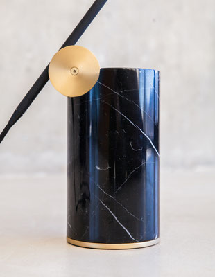 Lampe à poser. Détails du pivot en laiton massif sur socle en marbre Marquina. Pierre Dubourg 2018