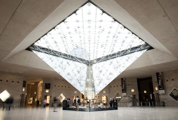 Vue d'ensemble de la scénographie au Carousel du Louvre. Photo Charles Seuleusian. Pierre Dubourg 2013