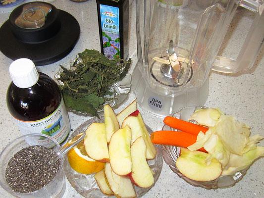 zutaten: in diesem fall: getrocknetes brennnesselkraut und -samen (winter); kohlblätter; 1 EL mikromineralien; apfel, birne, 1/2 bio-zitrone,karotte; etwas leinöl; 1 EL chiasamen