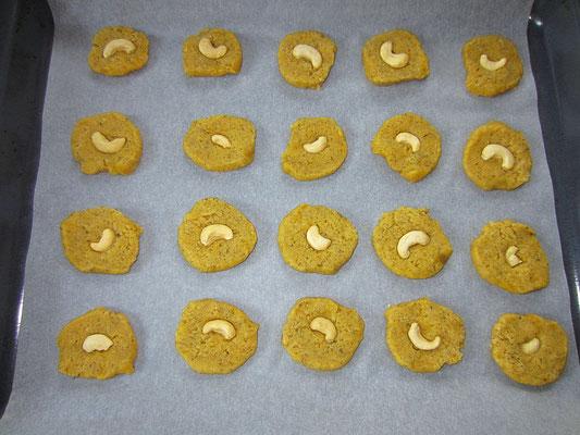 zu kreise formen und mit abgezogenen mandelkernen oder cashew kernen belegen