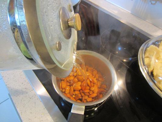 mandeln mit kochendheißem wasser übergießen