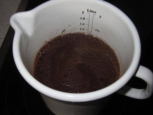 mit destiliertem Wasser aufgießen und drei minuten kochen lassen, anschließend 15 minuten zugedeckt ziehen lassen
