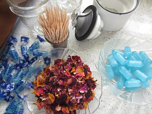 zutaten: bonbons je nach wunschfarbe oder geschmack, zahnstocher, getrocknete und gemahlene rosenblüten