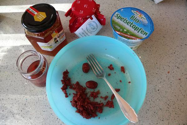 zutaten: kornelkischen süß-sauer, topfen fein, honig, etwas saft von den kornelkirschen süß-sauer
