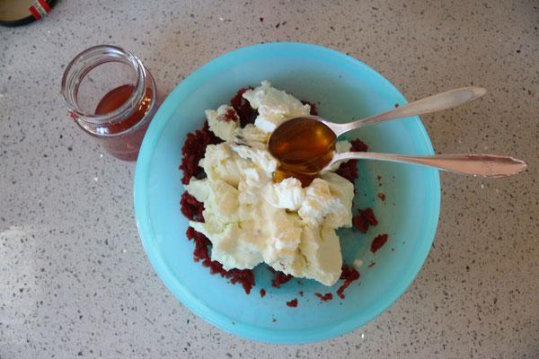 kornelkirschen von den kernen befreien und das fruchtfleisch mit der gabel zerdrücken, topfen, honig und etwas saft dazugeben