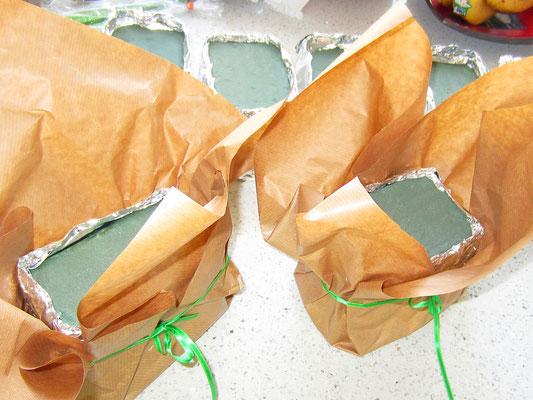 mit papier umwickeln und mit dem band befestigen