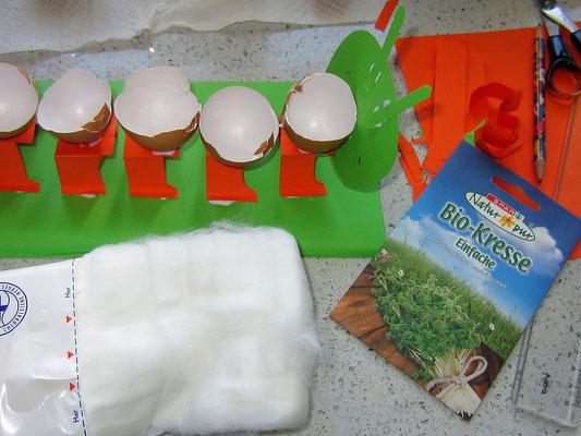 bastelmaterial: papier, schere, bleistift, lineal; gewaschene, getrocknete, sprühflasche eierschalenhälften; bio-kresse-samen, watte, kleber, filzstift