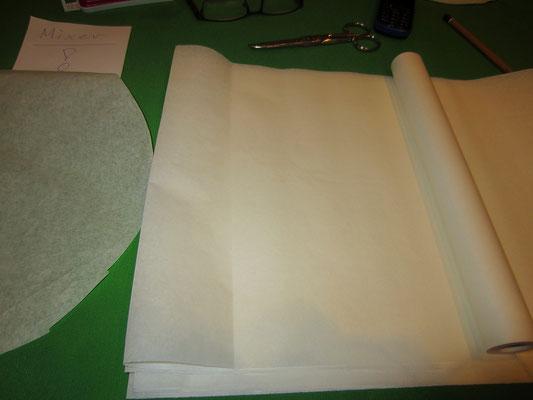 ich verwende den stöckli-garer: und hier braucht man butterbrotpapier unterlagen, damit die masse nicht durchtropfen kann - etwas kleiner im radius ausschneiden, damit die luft schön zirkulieren kann