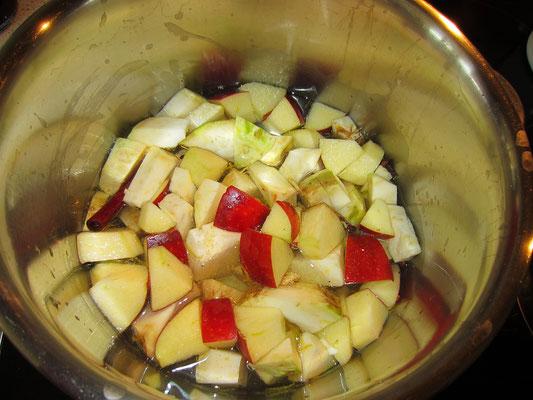 wasser, zucker, gewürznelken mit grobgeschnittenem apfel und knollensellerie aufkochen und etwa 15 min. weich dünsten, dannach kommen die beeren dazu, nochmals ca. 12 min. dünsten
