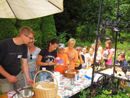 gemeinsame zubereitung des wildkräutertopfenaufstriches - schmeckt gleich viel besser