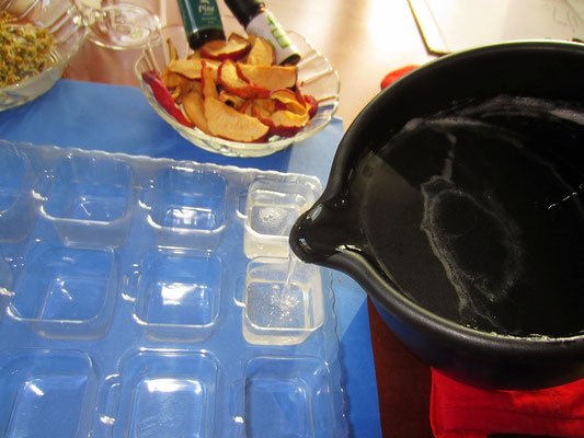 seifenmasse in seifenförmchen, plastikförmchen, füllen. gut gelingt es auch mit silikonförmchen.