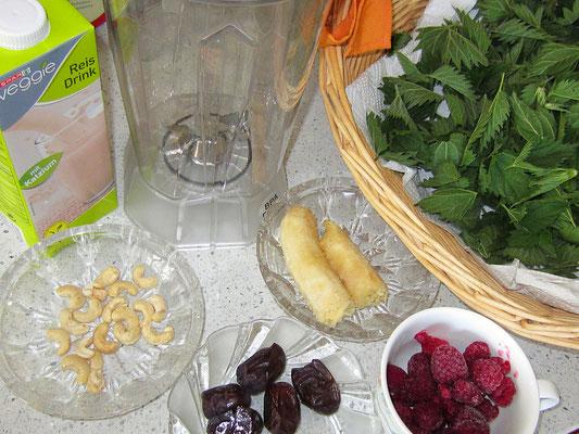 zutaten: brennnesselblätter, datteln, banane, tiefgefrorene himbeeren, cashewkerne, reismilch oder wasser