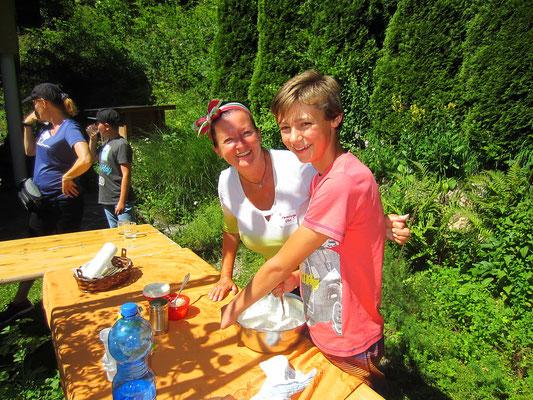 markus und ich bei der zubereitung des wildkräutertopfenaufstiches