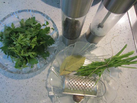 petersilien- und weinrautenblättchen gezupft, vorher natürlich gewaschen; muskatnuss, salz und pfeffer aus der mühle