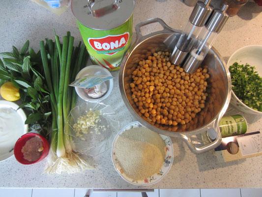 zutaten: kichererbsen, frühlingszwiebeln, knoblauch, pastinakenblätter, spitzwegerichblätter, beifußblättchen, etwas backpulver, mutterkümmel, galgant, salz, pfeffer, semmelbrösel, ei, pflanzenöl zum ausbacken