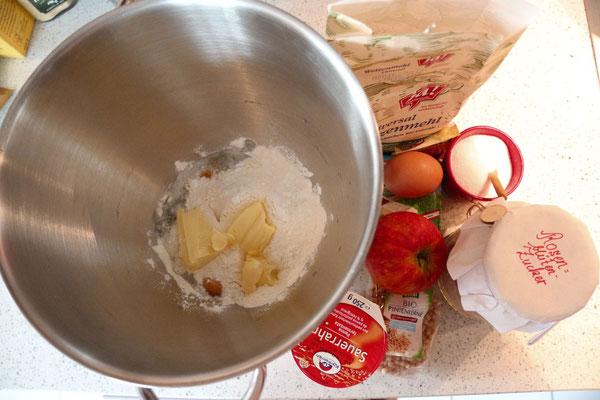 zutaten: mehl, backpulver, zucker, butter, ei, prise salz; äpfel, zitronensaft, pinienkerne; ei, rosenblütenzucker, sauerrahm