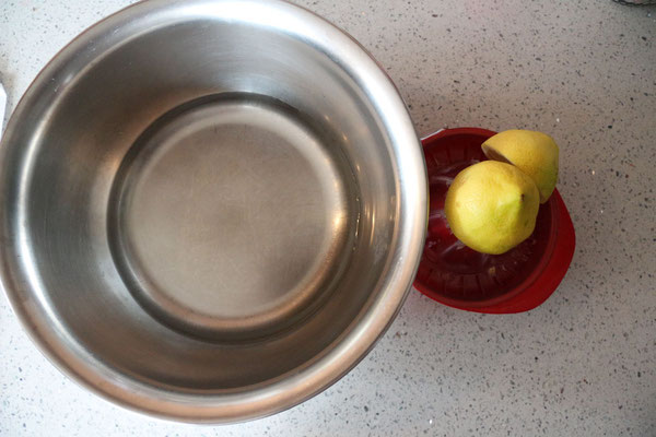 zitronenwasser – hier kommen die abgeschälten, vom kerngehäuse befreiten, geachtelten äpfelstückchen hinein – damit sie nicht braun werden