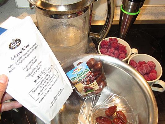 zutaten: gelatine-pulver, heißes wasser, datteln, gefrorene himbeeren